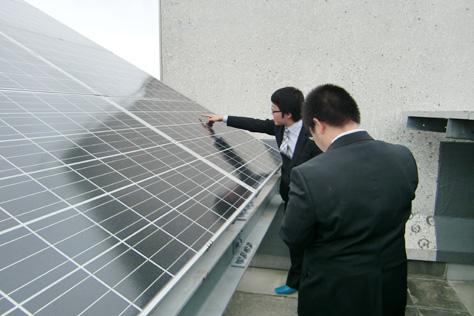 プロジェクト活動の様子(太陽光発電パネルの状況調査)