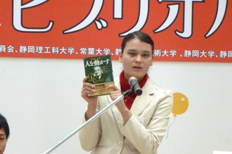 本の紹介をする矢西さん