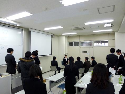1日目の様子(まずは座学と代表者の面接練習を見ながら基本を学びます)