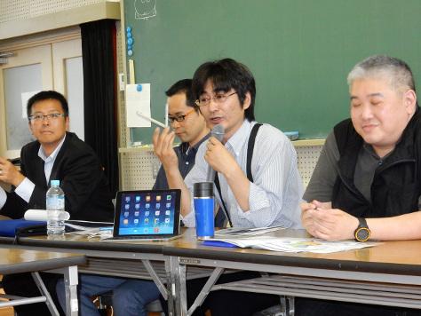 生徒に向けて説明する経営学部・今井教授
