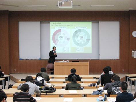 財政の現状について説明を聞く学生たち
