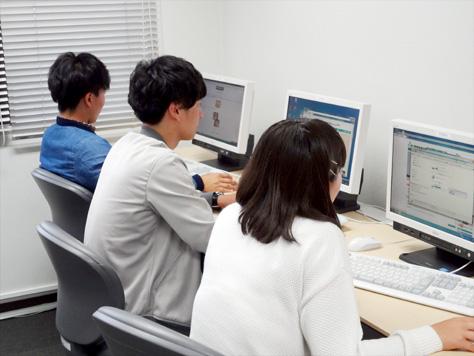 パソコン室で店舗の情報検索