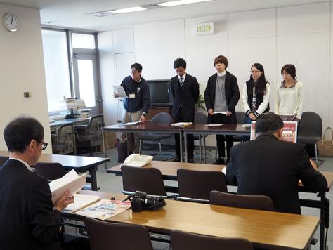 記者発表を前に緊張する学生たち